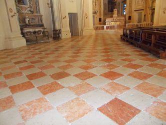 Pavimento in marmo in chiesa dopo