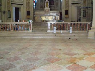 Pavimento in marmo in chiesa prima